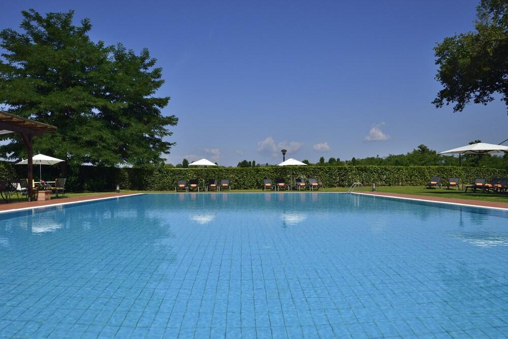 Una poggio dei medici golf resort scarperia ita for Hotel nice piscine sur le toit
