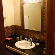 Hotels near high falls gorge find hotels near high falls for Alpine motor inn lake placid