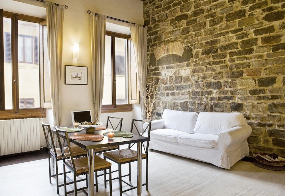 Family apartments florence ita expedia - Soggiorno con muro in pietra ...
