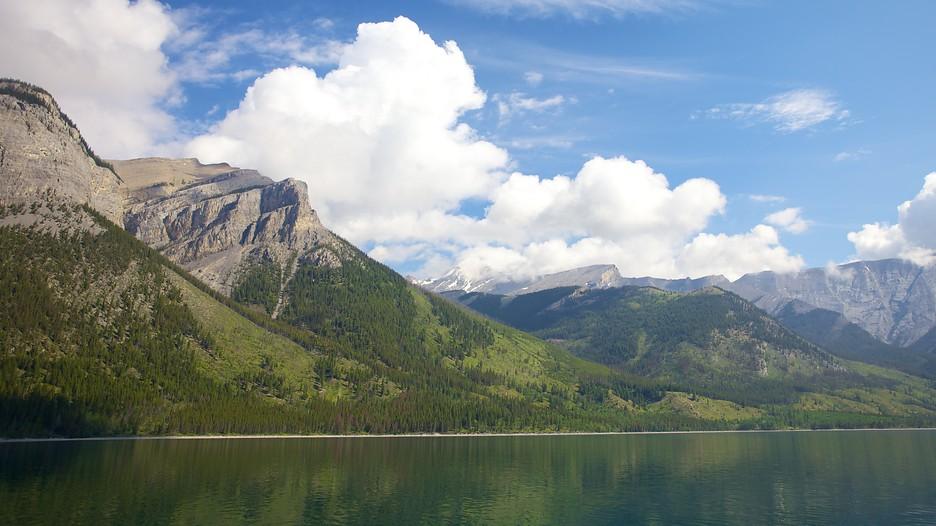 Lake minnewanka in banff national park alberta expedia for Banff national park cabin rentals
