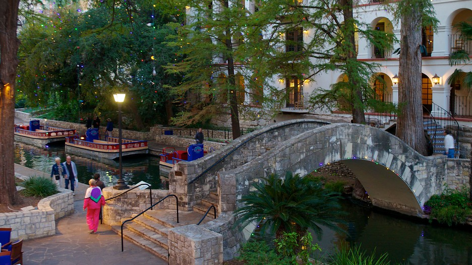 San Antonio, Texas Discount Theme Park Package Fans of such family-friendly theme parks as Sea World, Schlitterbahn Water Park and Six Flags Fiesta Texas, will also be a fan of the Super 8 San Antonio/I North.