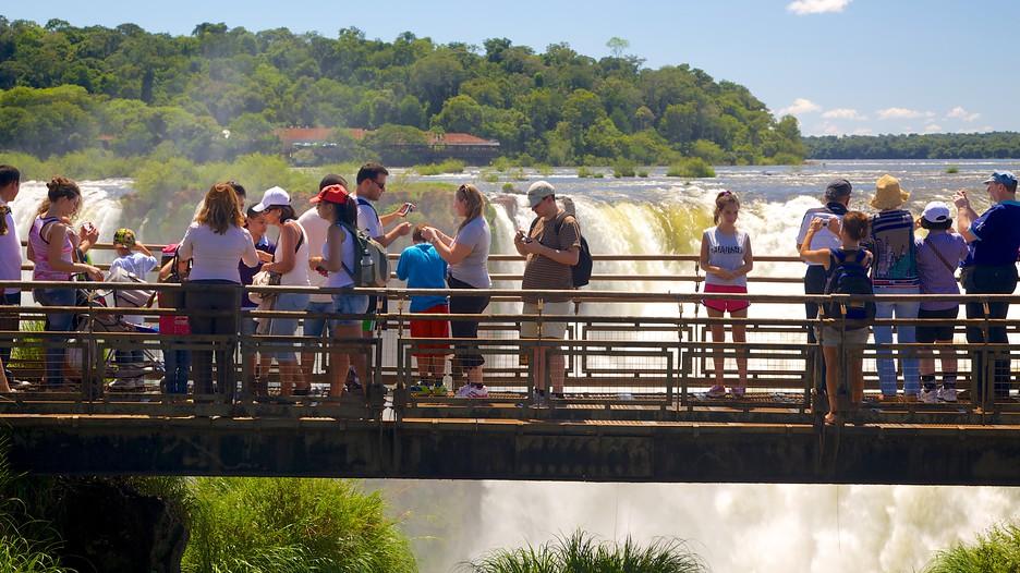 観光客とイグアスの滝
