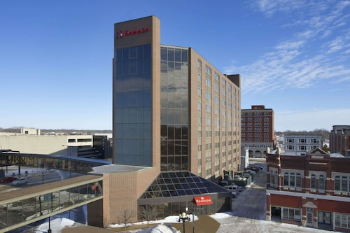 Ramada By Wyndham Waterloo Hotel And Convention Center