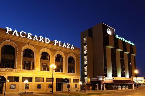 Near Peoria Civic Center Mark Twain Hotel
