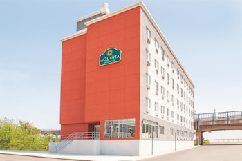 La Quinta Inn & Suites Far Rockaway - JFK Airport