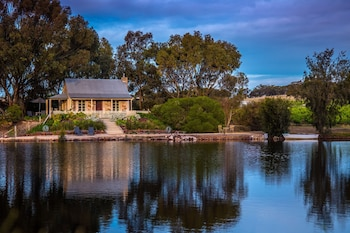 Stonewell Cottages & Vineyards