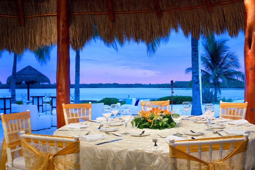 Outdoor Dining, The Westin Resort & Spa Cancun