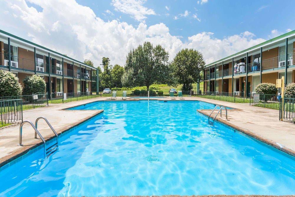 Pool, Howard Johnson by Wyndham Daleville/Roanoke North