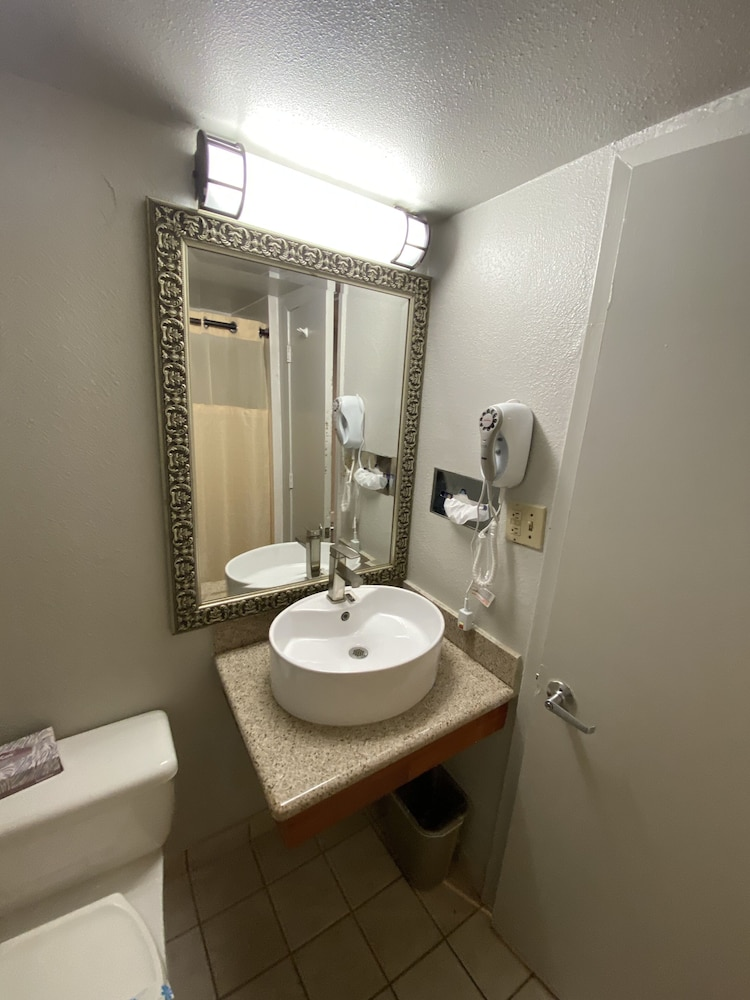 Bathroom, Budget Inn of Hayward