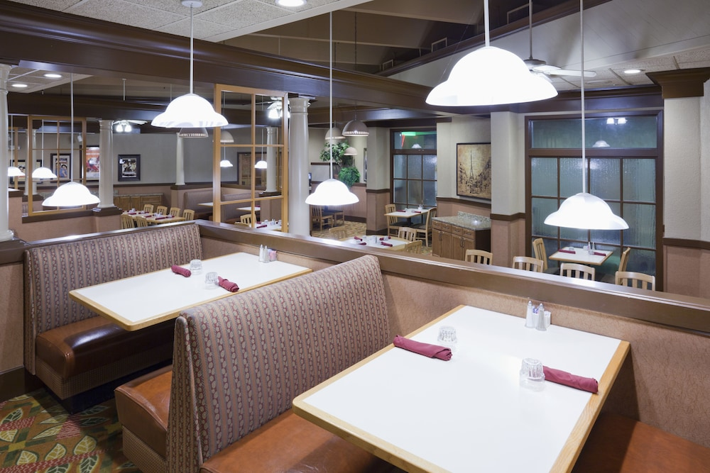 Cafe, Holiday Inn Hotel & Suites - St. Cloud, an IHG Hotel
