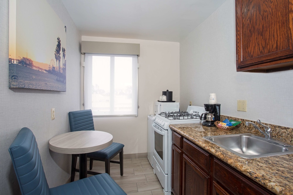Private Kitchen, SureStay Hotel by Best Western Santa Monica