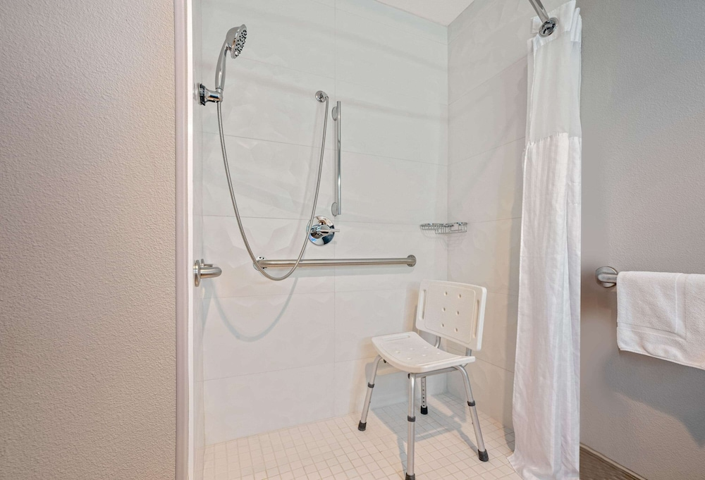 Bathroom Shower, La Quinta Inn & Suites by Wyndham Seattle Federal Way