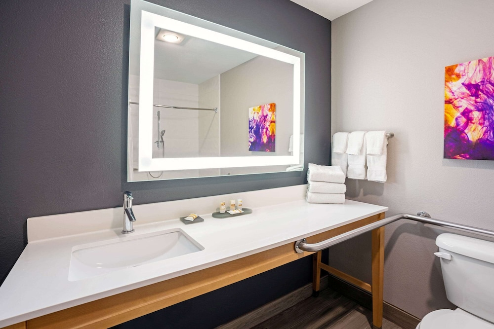 Accessible bathroom, La Quinta Inn & Suites by Wyndham Seattle Federal Way