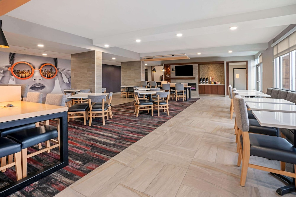Breakfast Area, La Quinta Inn & Suites by Wyndham Seattle Federal Way