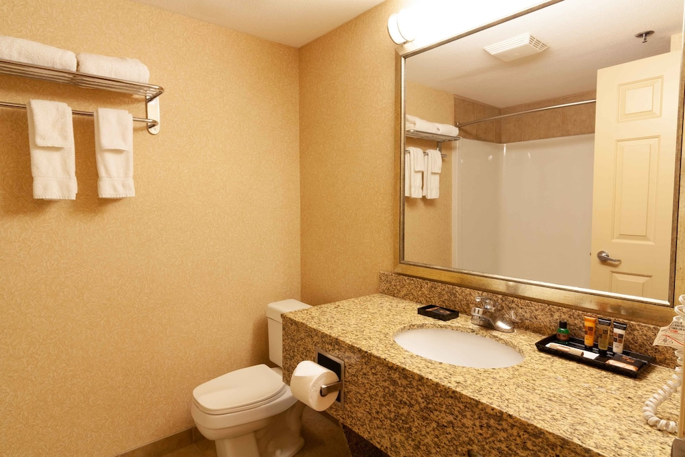 Bathroom Amenities, Kanata Kelowna Hotel & Conference Centre