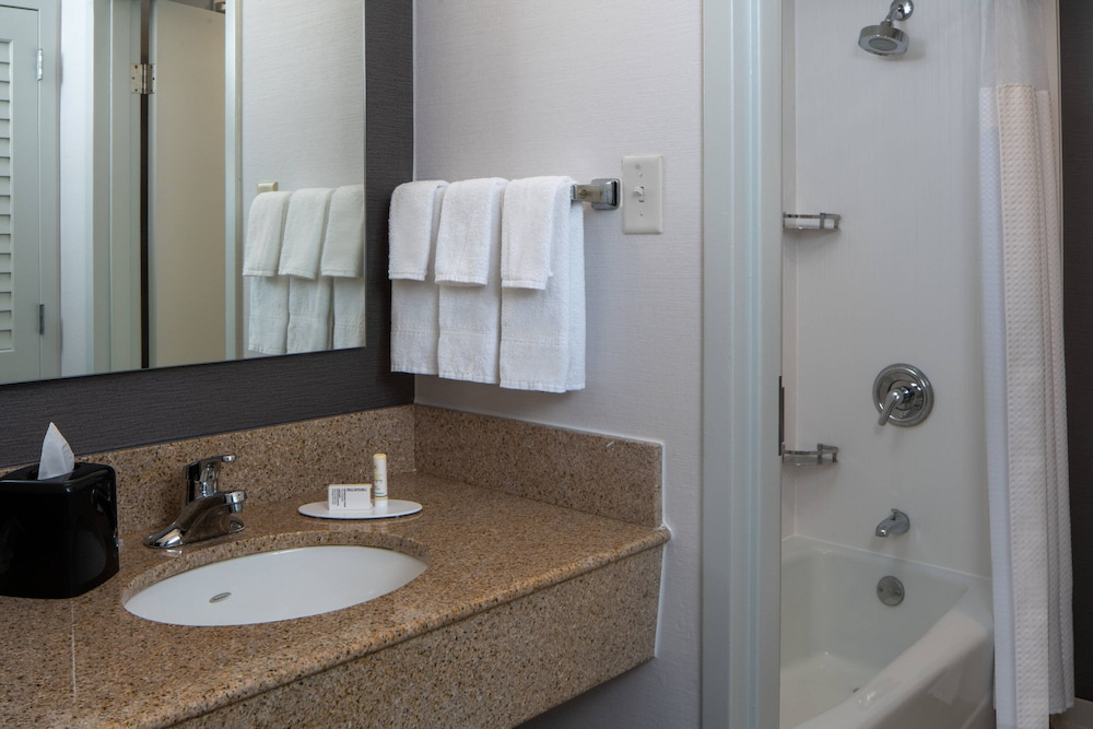 Bathroom, Courtyard by Marriott Memphis East/Park Avenue