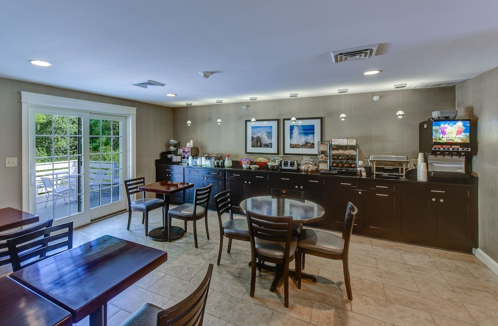 Breakfast Area, Port Inn & Suites Kennebunk, Ascend Hotel Collection