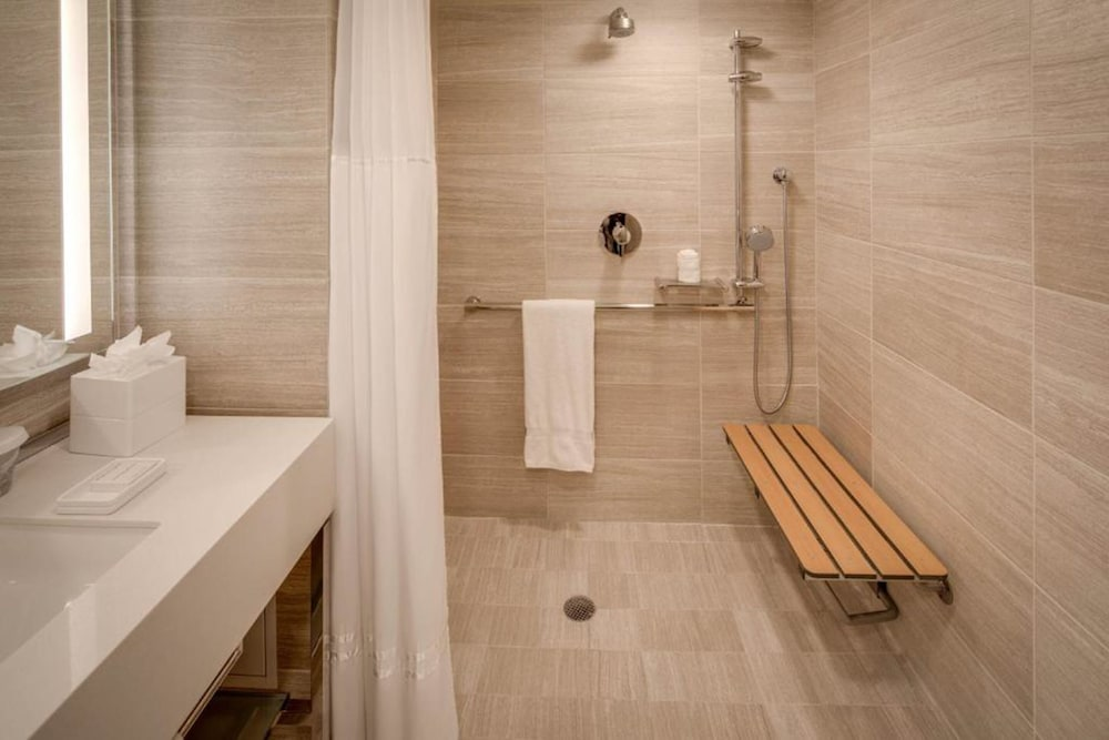 Bathroom, Millennium Hilton New York One UN Plaza