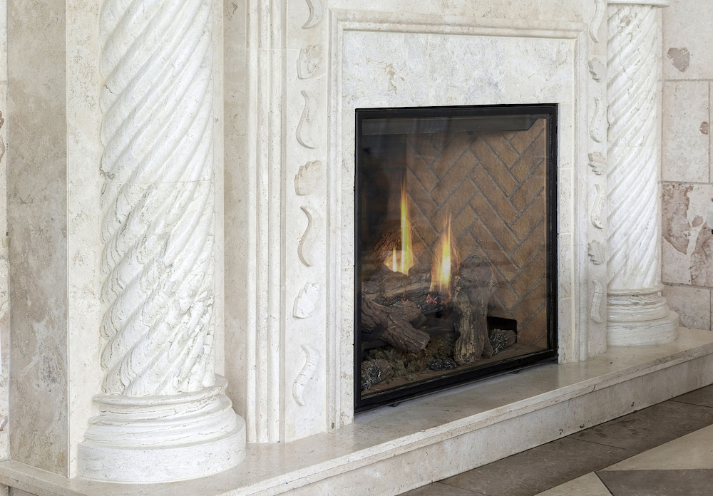 Fireplace, Holiday Inn : Bloomington W MSP Airport Area, an IHG Hotel