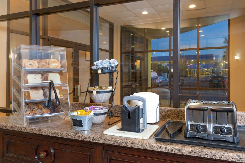 Breakfast Area, La Quinta Inn & Suites by Wyndham Secaucus Meadowlands