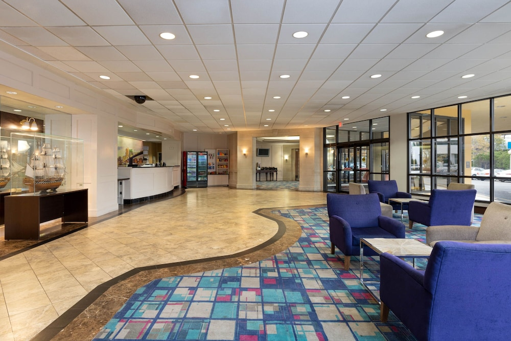 Lobby Sitting Area, La Quinta Inn & Suites by Wyndham Secaucus Meadowlands