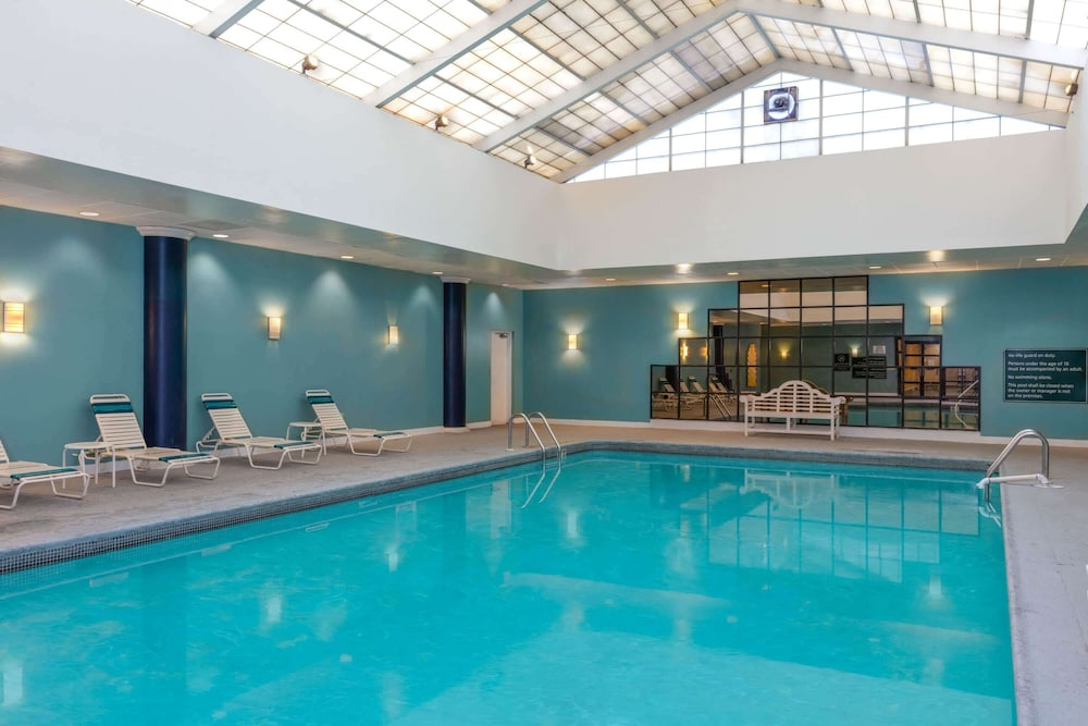 Pool, La Quinta Inn & Suites by Wyndham Secaucus Meadowlands
