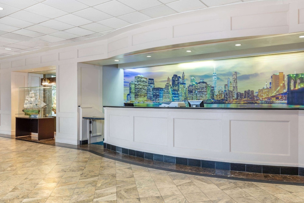 Lobby, La Quinta Inn & Suites by Wyndham Secaucus Meadowlands