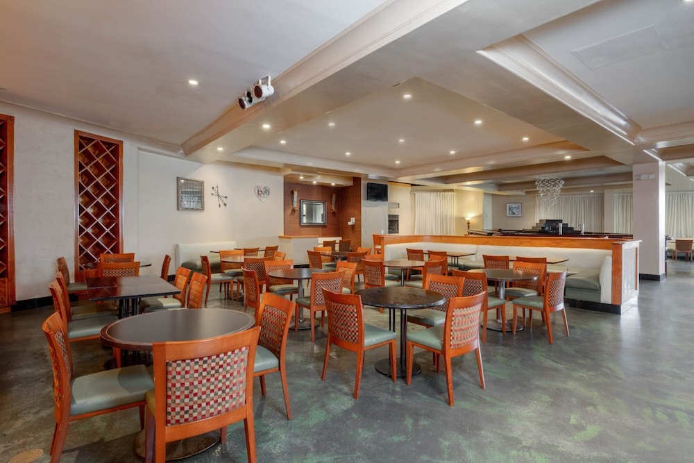 Dining, La Quinta Inn & Suites by Wyndham Secaucus Meadowlands