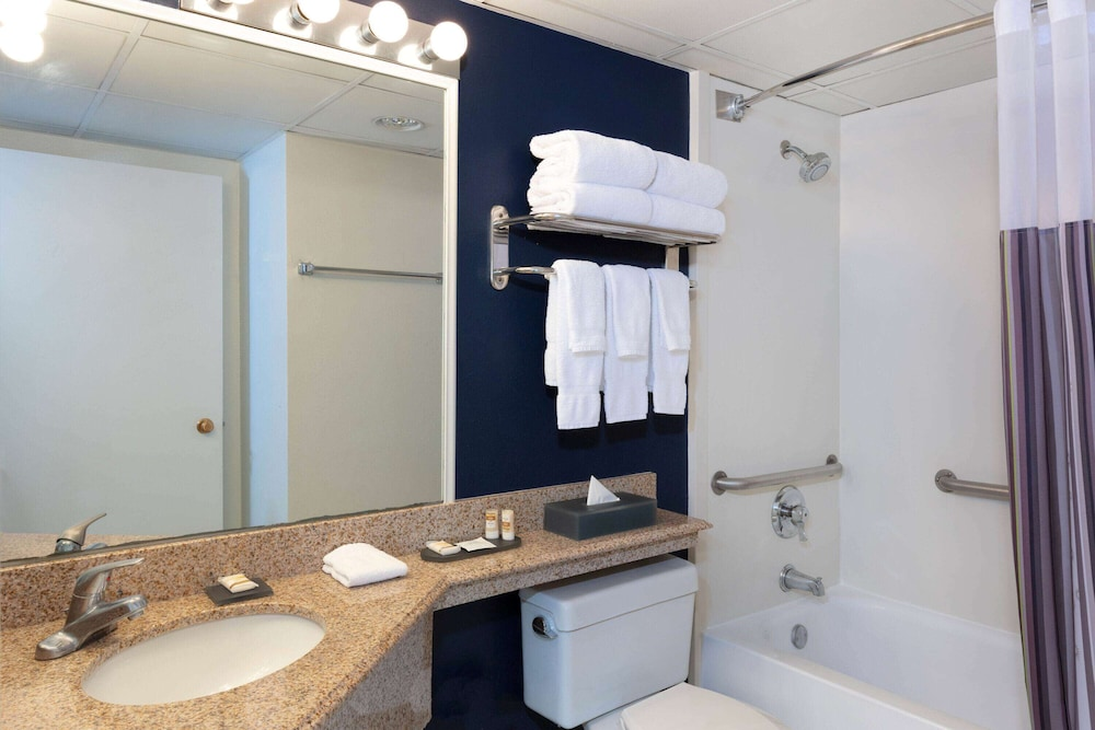 Bathroom, La Quinta Inn & Suites by Wyndham Secaucus Meadowlands