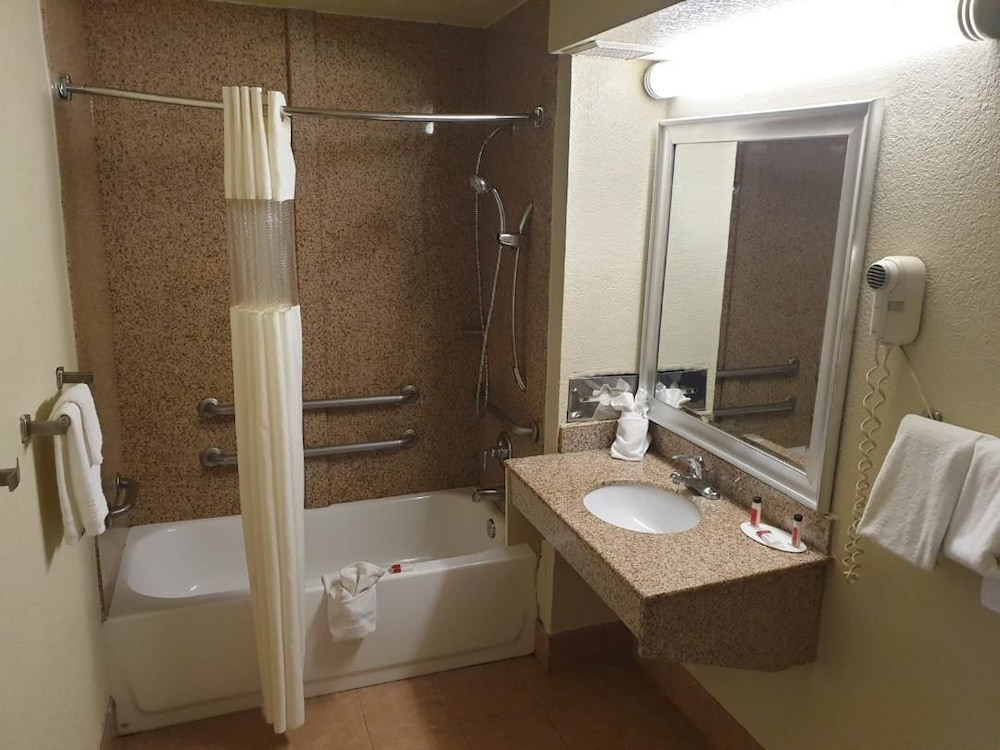 Bathroom, Days Inn by Wyndham Chattanooga Lookout Mountain West
