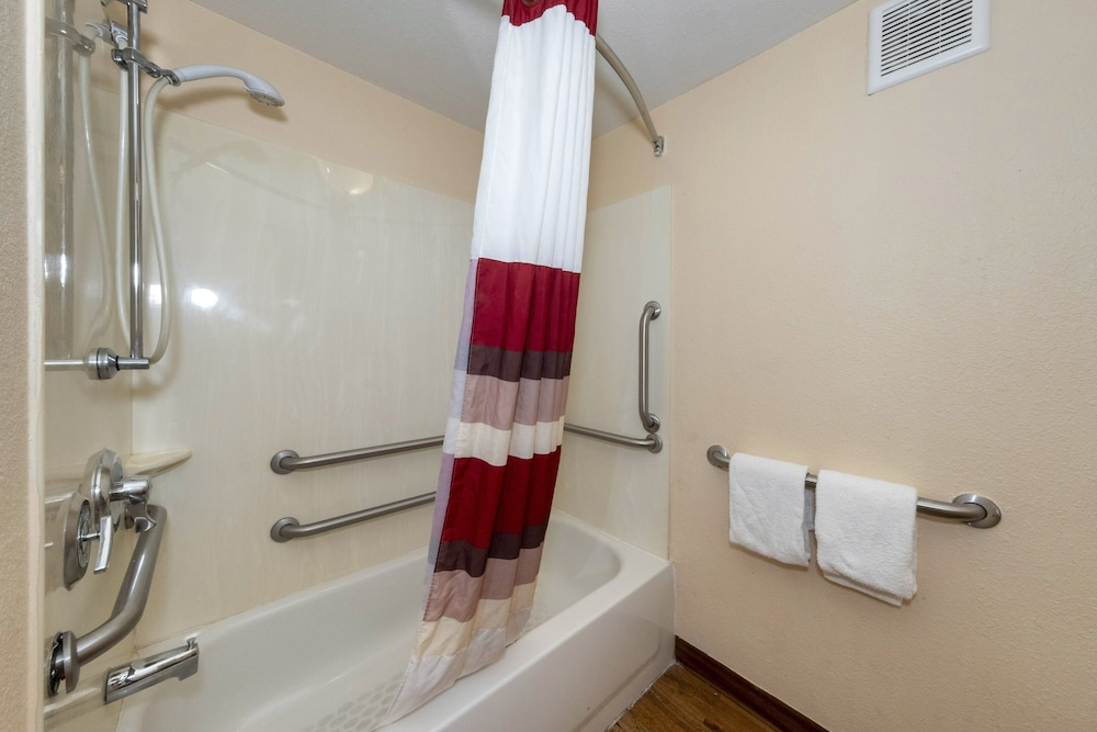 Bathroom, Red Roof Inn Chicago - Lansing