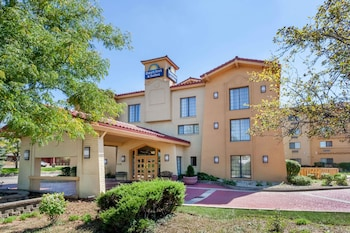 Days Inn & Suites by Wyndham Arlington Heights