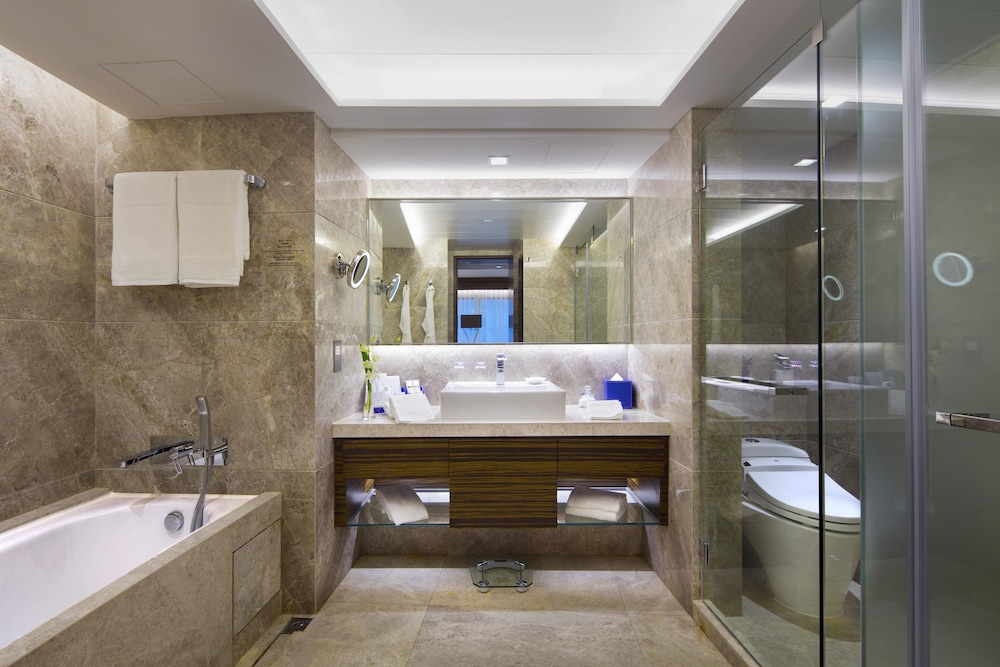 Bathroom, New World Millennium Hong Kong Hotel