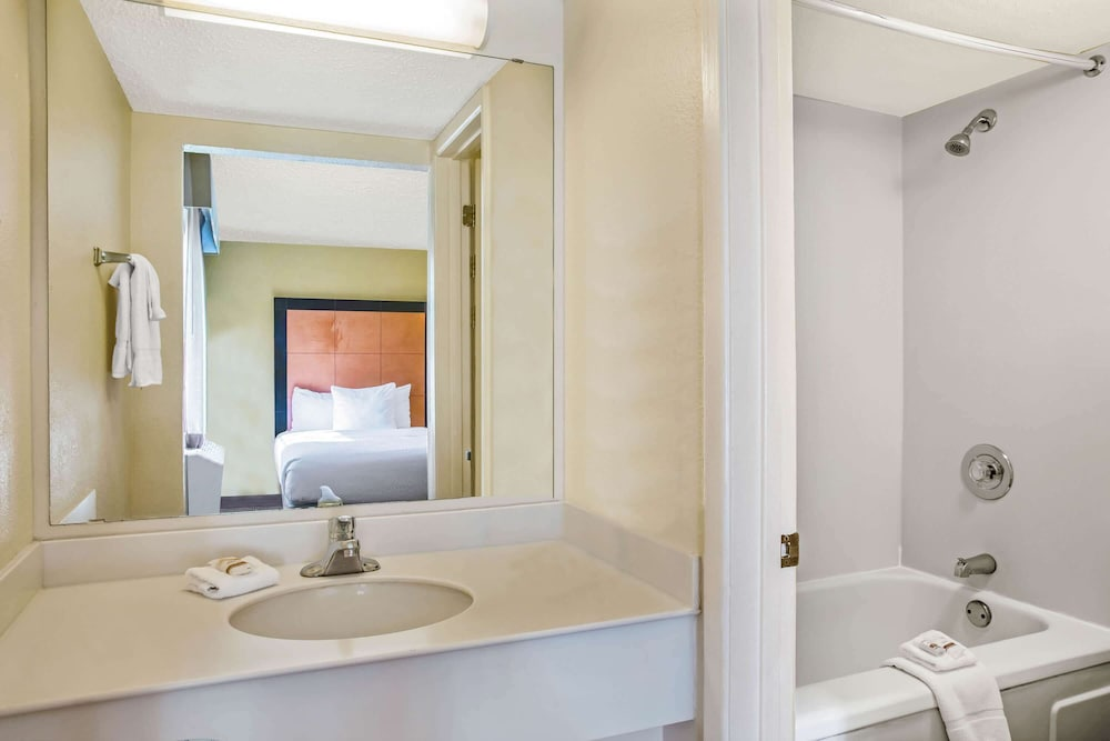 Bathroom, La Quinta Inn by Wyndham Killeen - Fort Hood