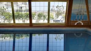 室內泳池;06:00 至 22:00 開放;躺椅
