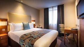 Hypo-allergenic bedding, in-room safe, desk, blackout curtains
