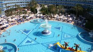 2 piscines extérieures, parasols de plage, maîtres-nageurs sur place