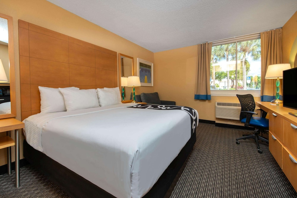 Room, La Quinta Inn & Suites by Wyndham Deerfield Beach I-95