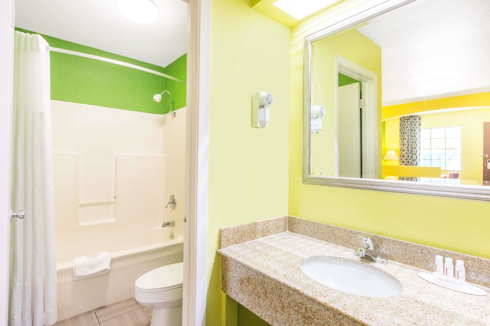 Bathroom, Days Inn by Wyndham Fulton