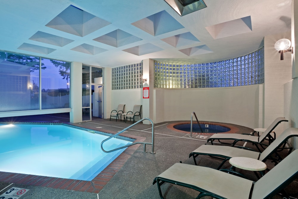 Pool, Crowne Plaza Portland-Lake Oswego