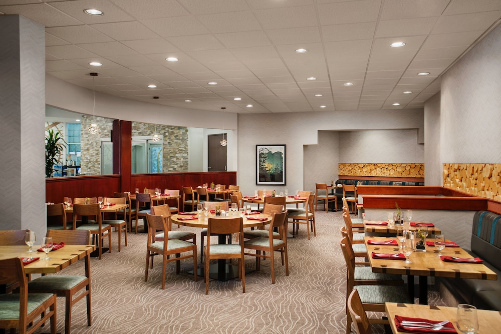 Restaurant, Crowne Plaza Portland-Lake Oswego