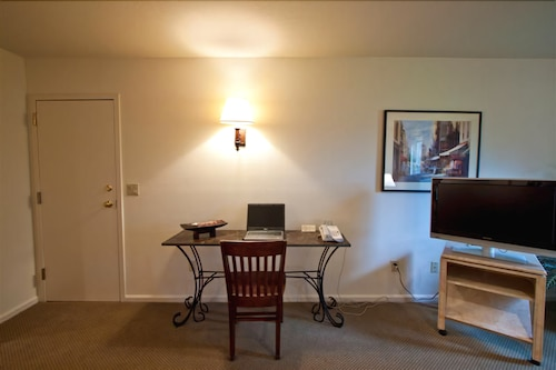 In-Room Dining, The Inn at Tallgrass