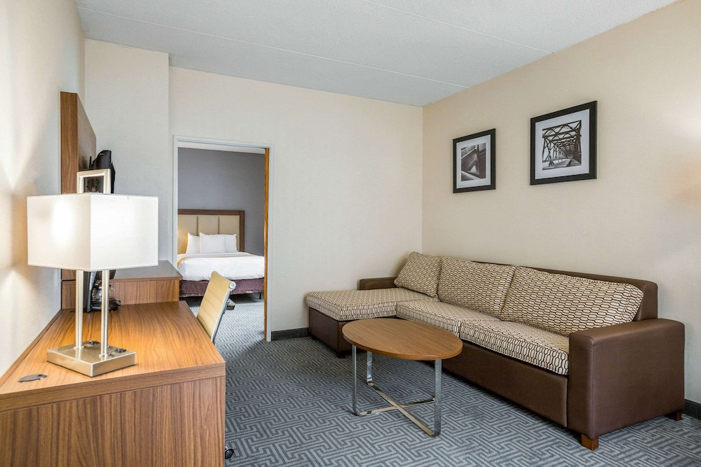 Room, Quality Suites Lansing