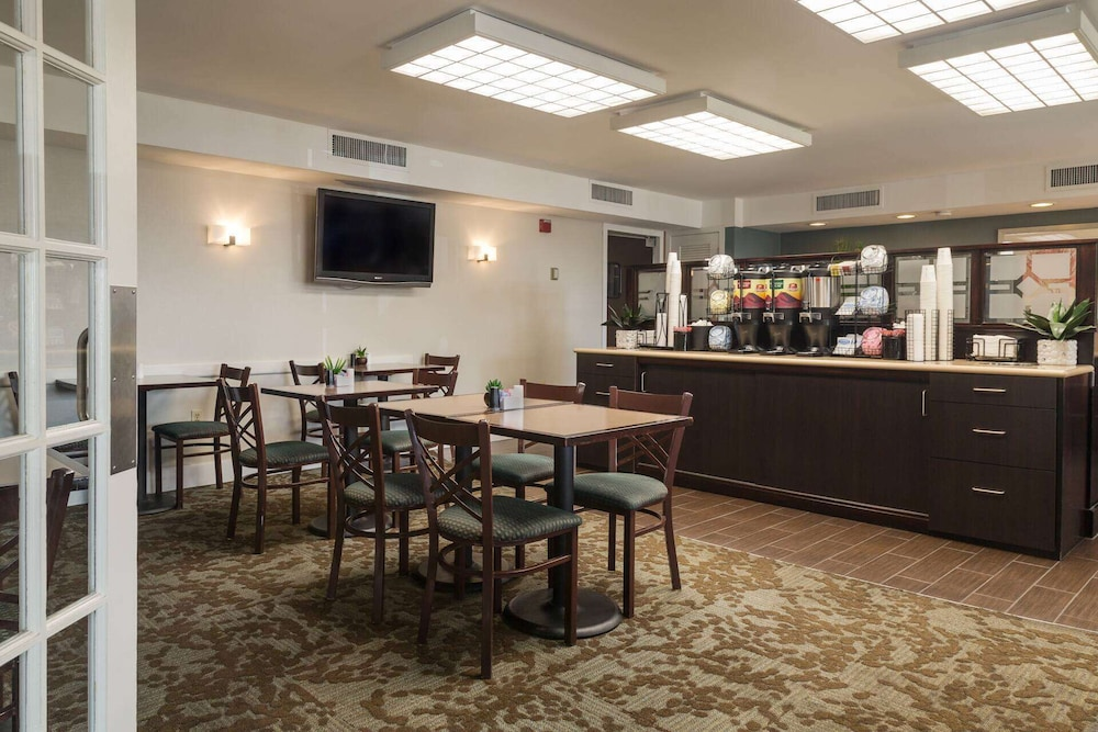 Breakfast Area, Ramada by Wyndham Boston
