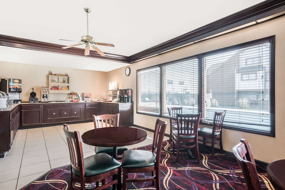 Breakfast Area, Hawthorn Suites Dayton North
