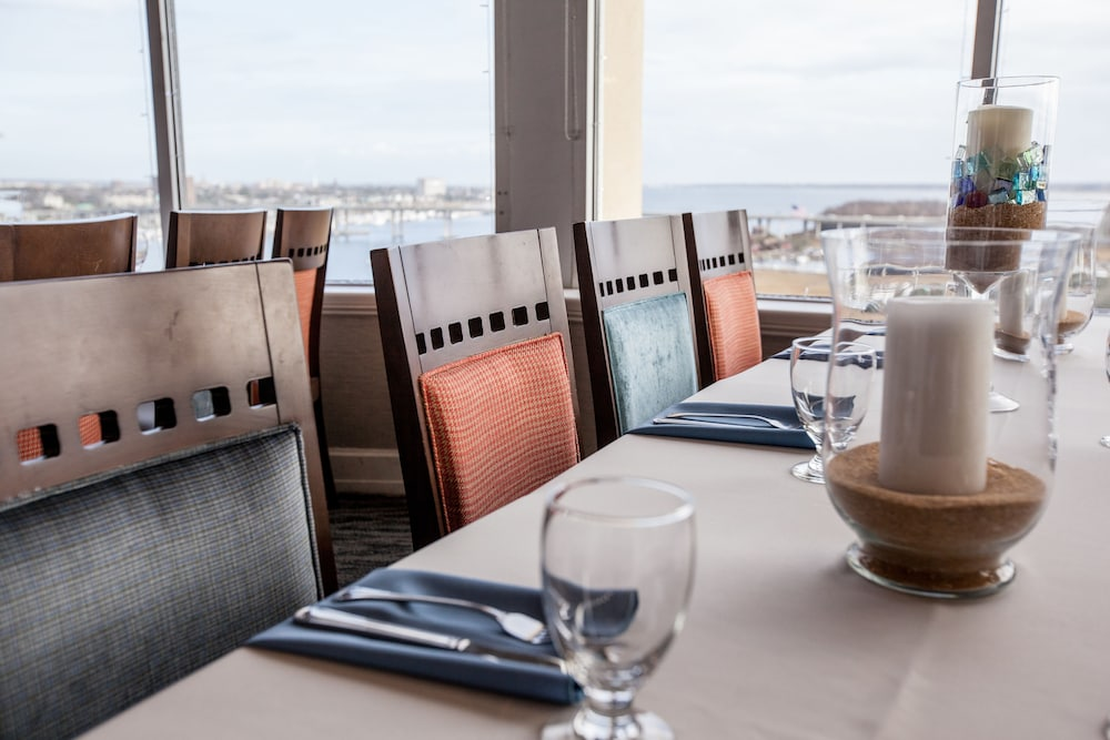 Family Dining, Holiday Inn Charleston Riverview, an IHG Hotel