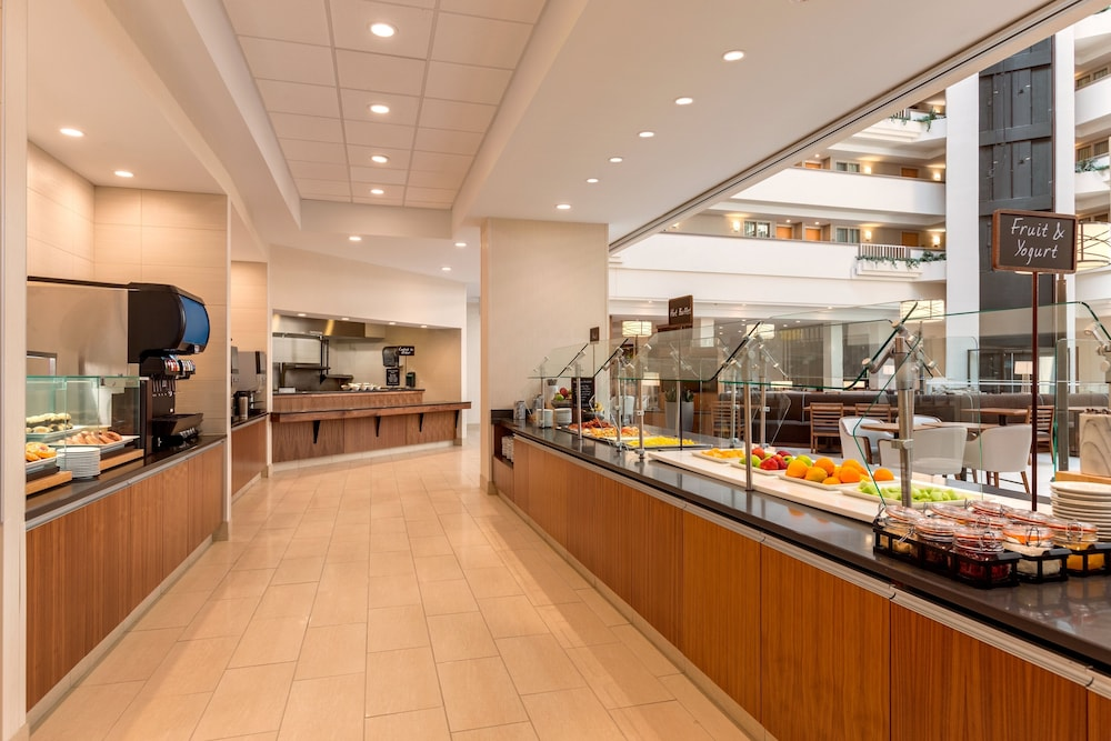 Breakfast buffet, Embassy Suites Greenville Golf Resort & Conference Center