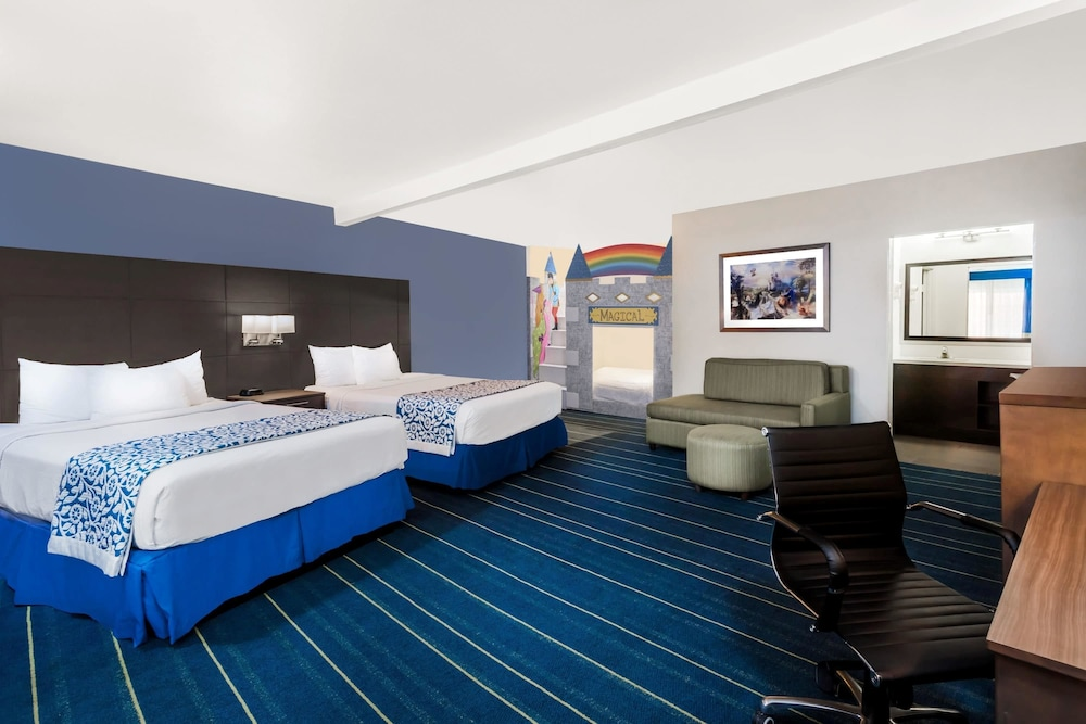 Room, Days Inn & Suites by Wyndham Anaheim At Disneyland Park