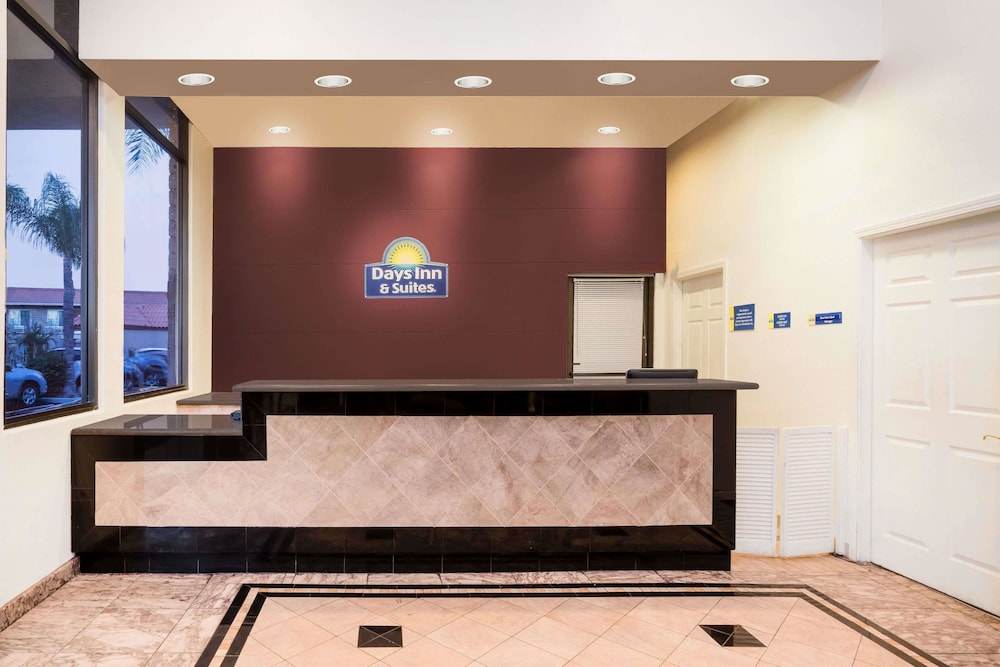 Lobby, Days Inn & Suites by Wyndham Anaheim At Disneyland Park