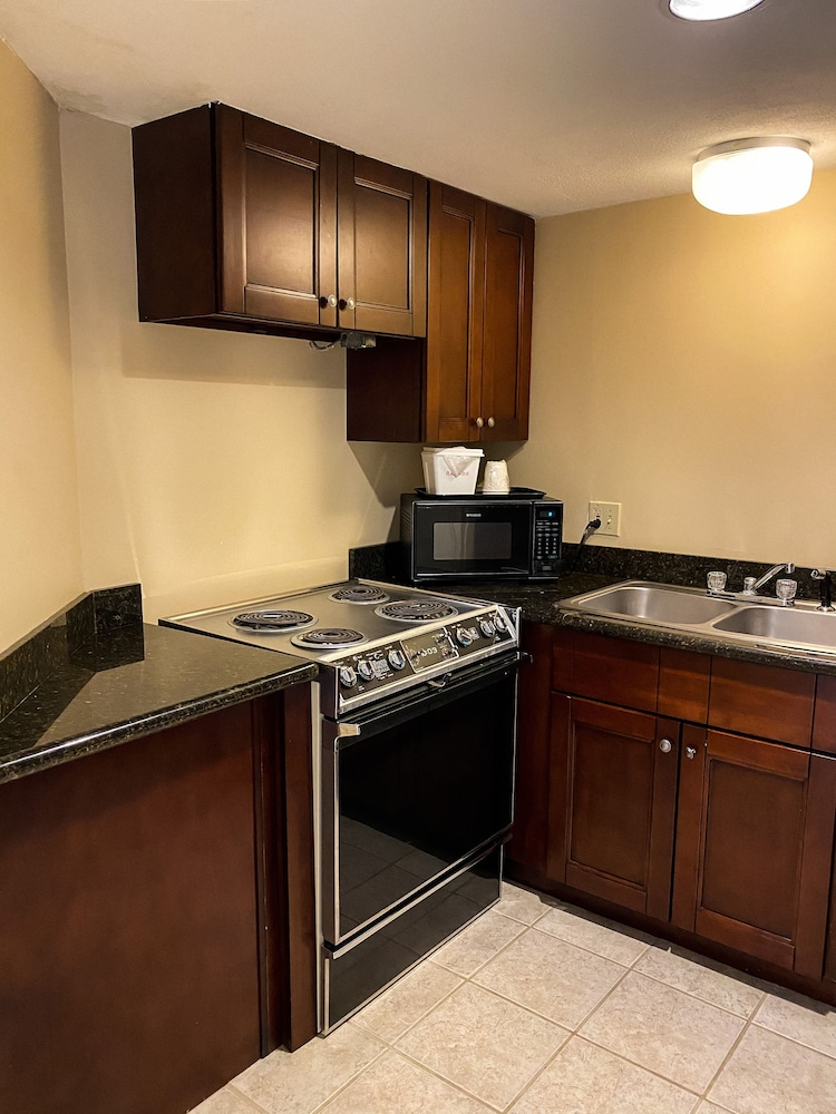 Private Kitchen, Ramada by Wyndham Englewood Hotel & Suites
